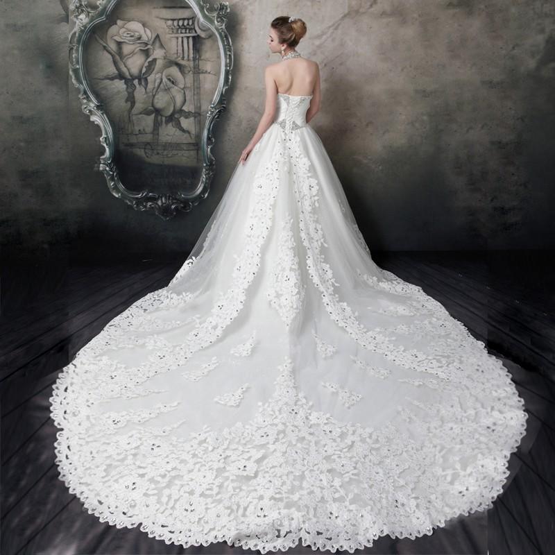 穿着婚纱的新娘既要保持优雅又要漂亮,那该如何走路呢?