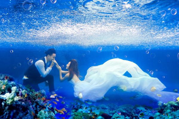 水下婚纱照怎么拍好看?三亚水下婚纱照睁眼技巧