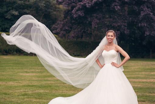 拖地长款的头纱绝对是大把头纱中最好凹造型的款式,在拍摄婚纱照的图片