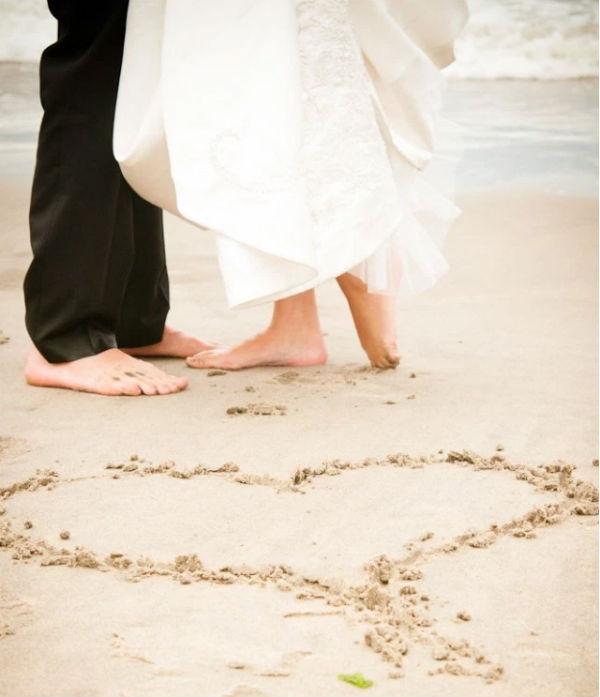 想来一场海滩婚纱摄影?当心别选错了婚纱礼服!