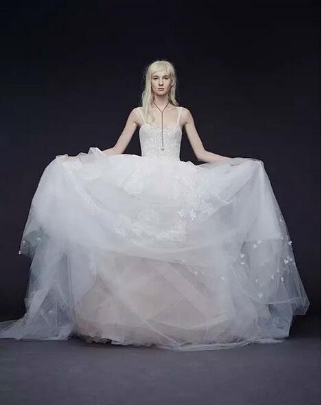 vera wang的设计风格极其简洁流畅,丝毫不受潮流左右,使得出现在婚礼图片