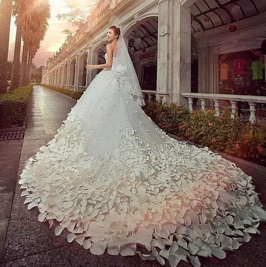 你离最美新娘只差一件最美的婚纱!