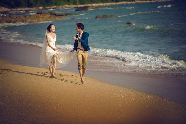 三亚婚纱摄影:唯美沙滩婚纱照,留下爱的足迹