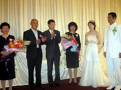 婚礼当天家长的穿着问题